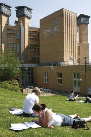 Zufriedene Studierende an der Coventry University.