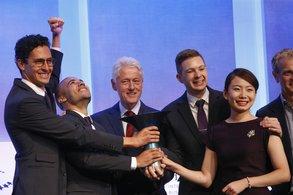 Ehemaliger US-Präsident Bill Clinton überreicht den Hult Prize