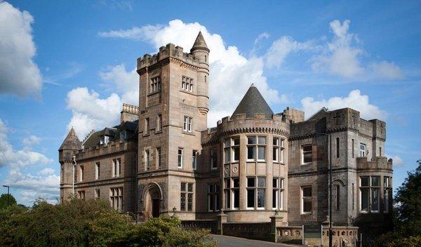 ... die University of Stirling ein eigenes Campus-Schloss besitzt?
