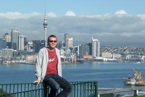 IEC Alumnus René vor der Auckland Skyline
