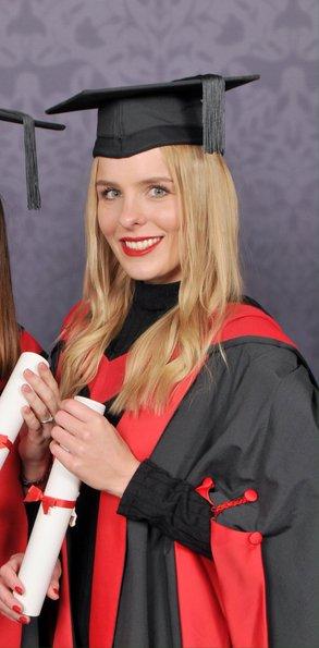 """""""Die Abschlussfeier war super und viel feierlicher als an meiner Universität in Deutschland. Mit rot-schwarzen Hüten und Gewand."""""""