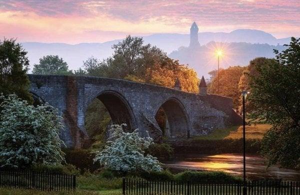 Schottland ist für seine mystisch anmutenden Landschaften bekannt, wie dieser Blick auf die Stirling Bridge beweist